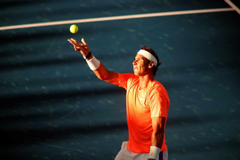 El tenista Rafael Nadal golpea una pelota durante una exhibición en Adelaida en enero de 2021