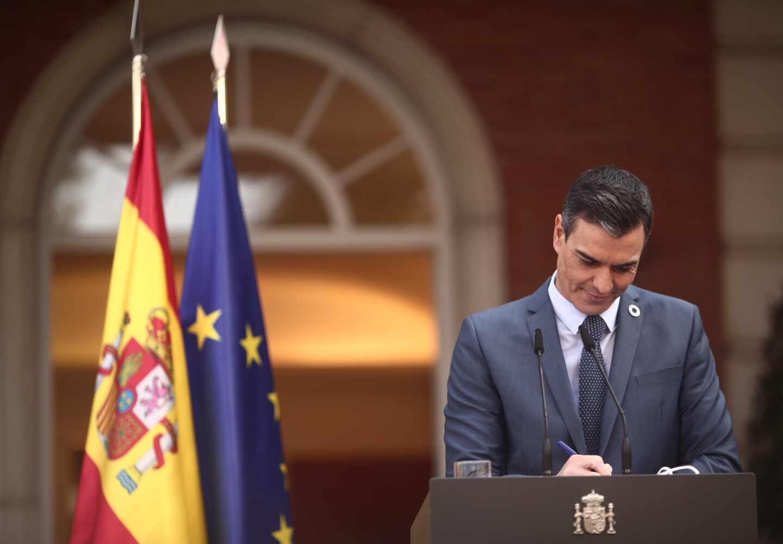 El presidente del Gobierno, Pedro Sánchez, frente a la fachada de Moncloa, en una rueda de prensa.