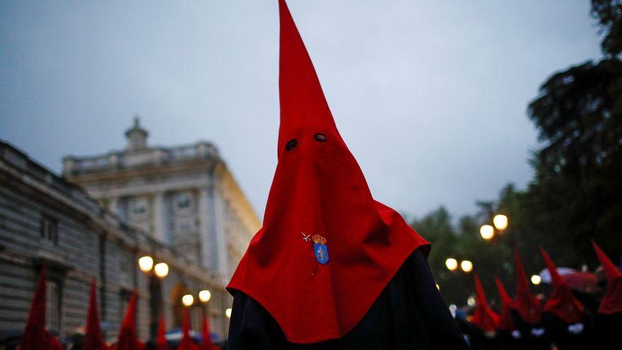 Un nazareno con un capirote de color rojo en una procesión de Semana Santa