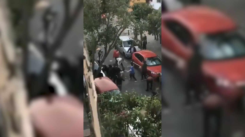 Imagen del vídeo grabado por un vecino de la reyerta callejera en Sevilla