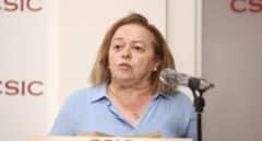 Rosa Menéndez dando un discurso en una rueda de prensa del CSIC
