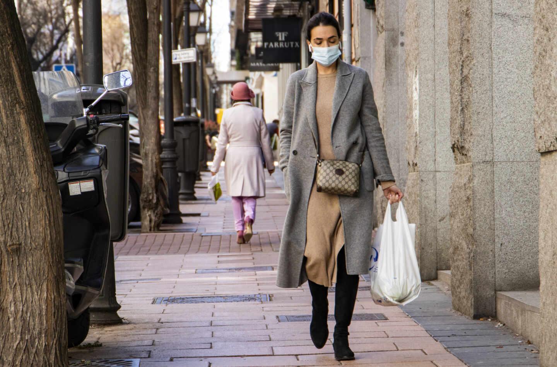 Una mujer pasea por la calle Hermosilla, en la Milla de Oro de Madrid