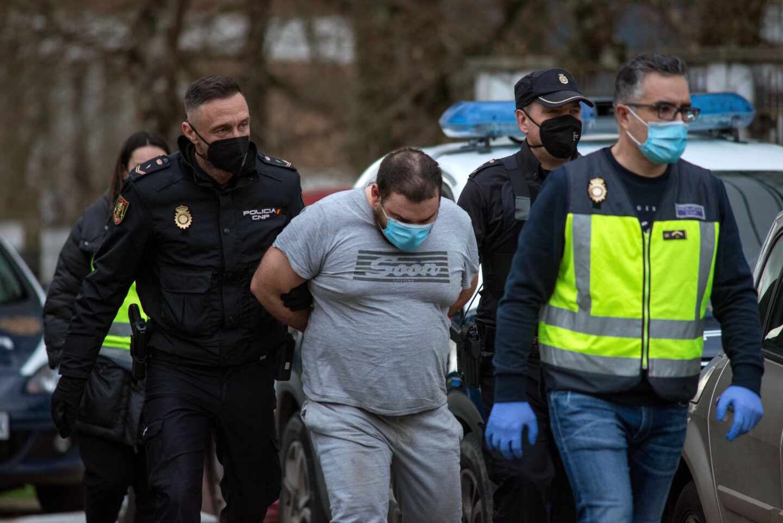 La Policía acompaña al sospechoso de matar a su mujer en Orense.