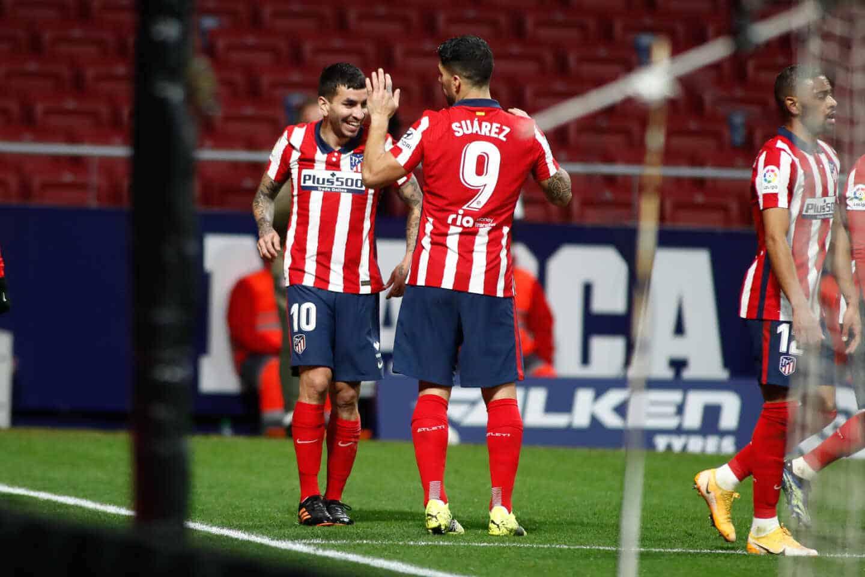 Luis Suárez y Correa celebran un gol del Atlético de Madrid en el Wanda Metropolitano