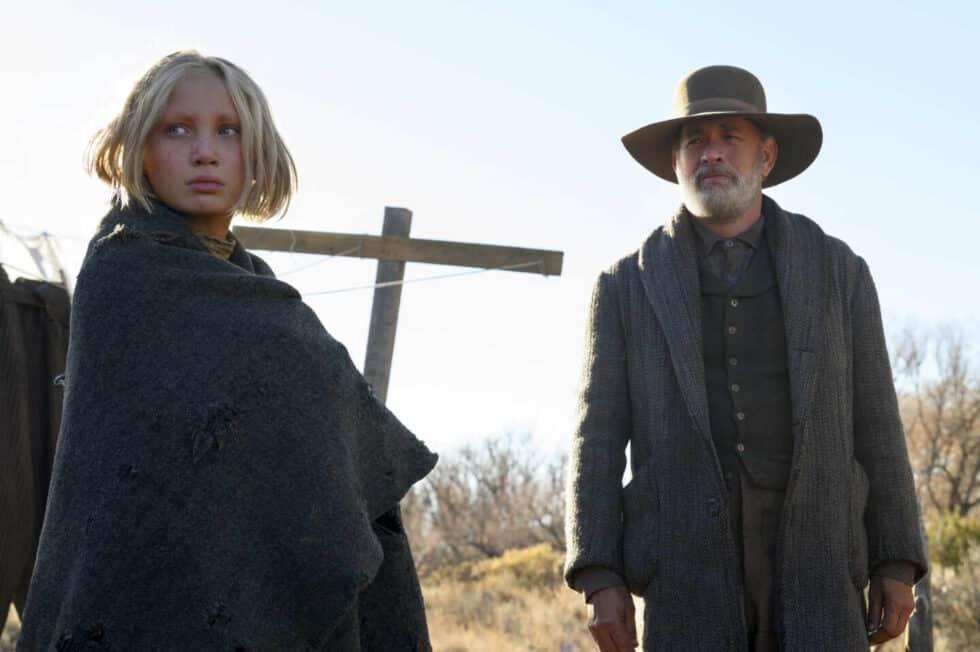 Tom Hanks y Helena Zengel interpretando a sus personajes en 'Noticias del gran mundo'