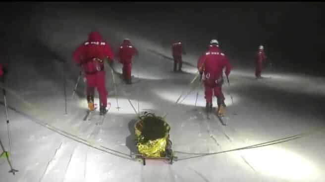 Varios militares realizan un simulacro de noche y con nieve