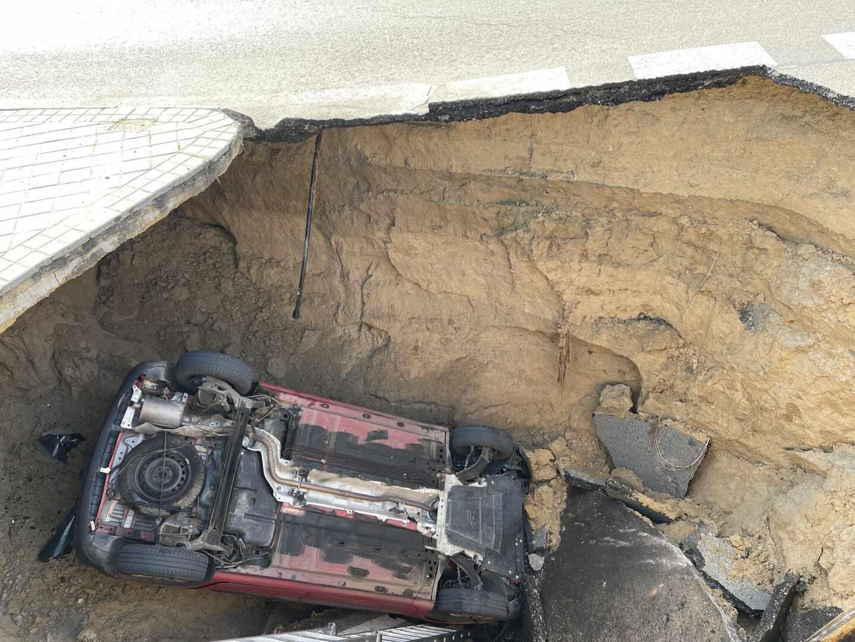 Un socavón en Majadahonda (Madrid) se traga un coche y el conductor queda herido