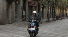 Una policía detiene a un ladrón tras perseguirlo con la moto de un vecino
