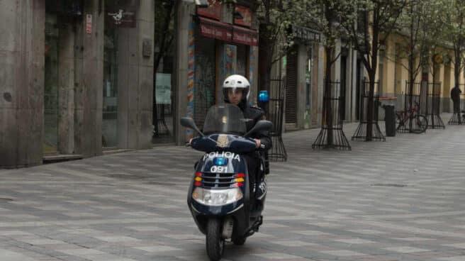 Un agente de la Policía en moto