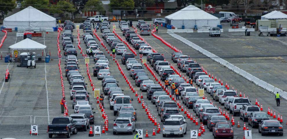 Decenas de coche esperan su turno en un centro de vacunación masiva en California