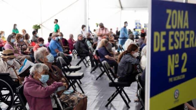 Personas mayores esperan para recibir la primera dosis de la vacuna china Sinovac contra la Covid-19 en Santiago
