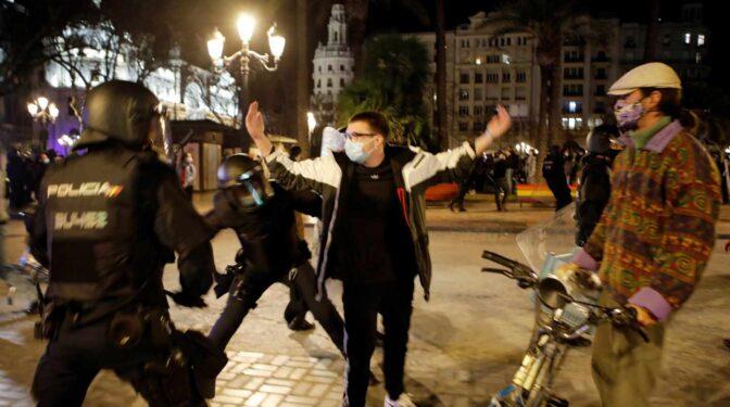 Cargas en las manifestaciones en favor de Pablo Hasel en Barcelona y Valencia