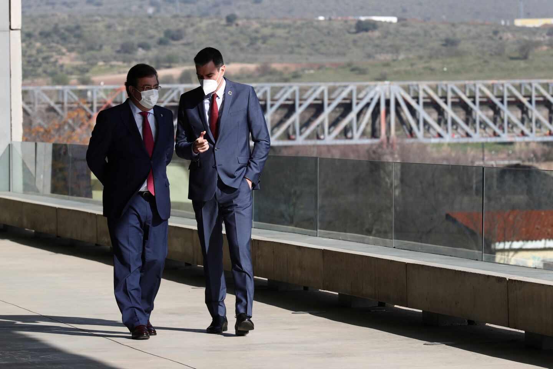 Guillermo Fernández Vara y Pedro Sánchez, en Mérida (Badajoz).