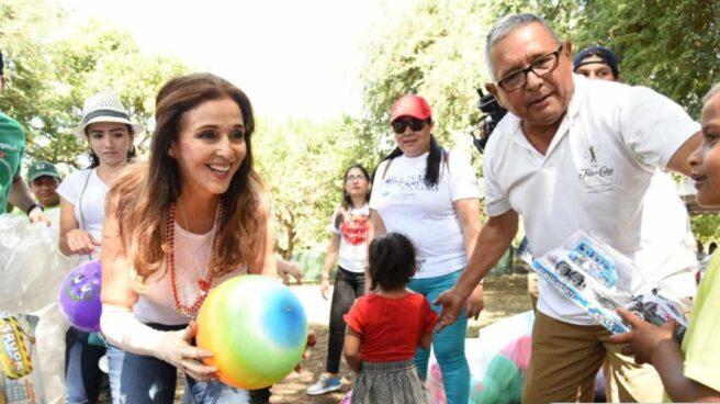 Vivian Pellas juega con los niños que reciben asistencia de Aproquen
