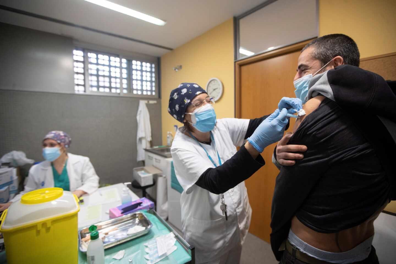 España no administrará la vacuna de AstraZeneca a mayores de 55 años