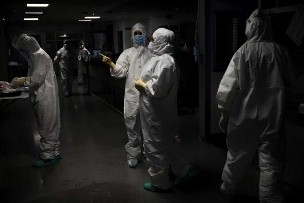 Personal sanitario del Hospital Universitario Marqués de Valdecilla de Santander atiende a enfermos con coronavirus