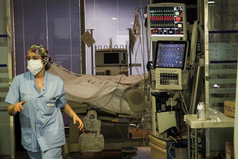 Una sanitaria corre en la UCI Covid del Hospital de Galdakao (Vizcaya).