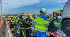 Bomberos y operarios de Emergencias Madrid en el lugar del accidente.