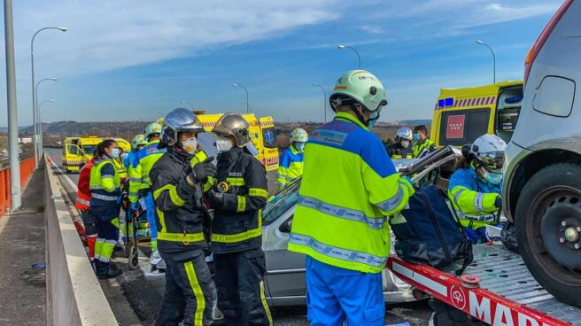 Bomberos y operarios de Emergencias Madrid en el lugar del accidente.