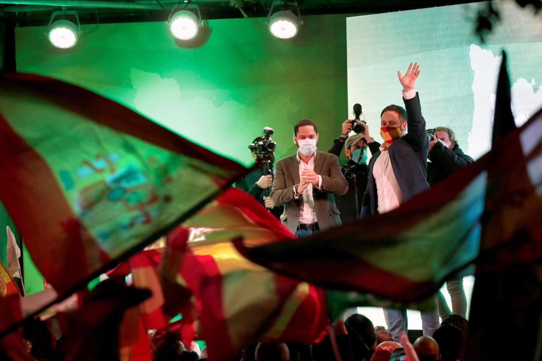 El candidato de Vox a la presidencia de la Generalitat, Ignacio Garriga (i), junto al presidente del partido, Santiago Abascal (d), durante el acto final de campaña de las elecciones catalanas del 14F que celebran este viernes en Barcelona.