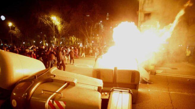 Contenedores incendiados en la cuarta noche de protestas por la detención del rapero Pablo Hasel en Barcelona.