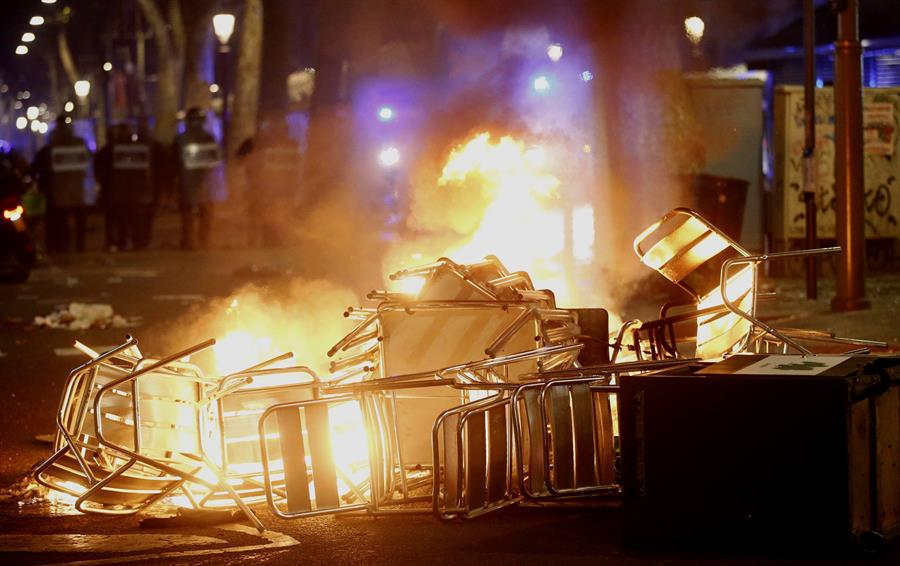 Terraza de un bar, en llamas esta noche en Barcelona.