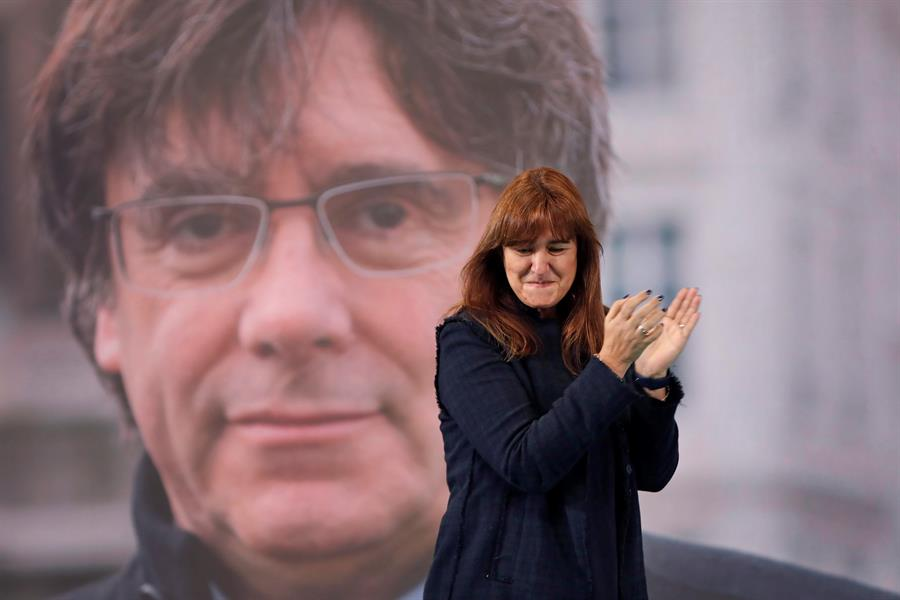 Laura Borràs, frente a la imagen de Carles Puigdemont