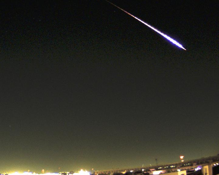 Imagen nocturna de la bola de fuego sobrevolando el cielo
