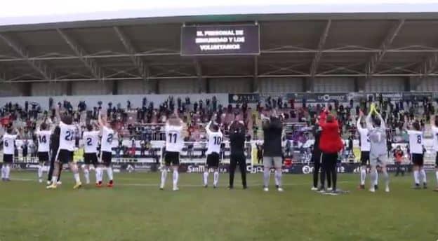 Jugadores y afición del Burgos celebran una nueva victoria en El Plantío.