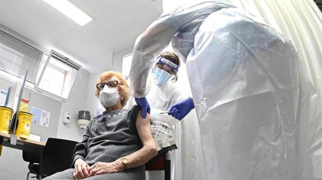 Comienzo de la campaña vacunación para los mayores de 80 años en el Centro de Salud Barrio del Pilar