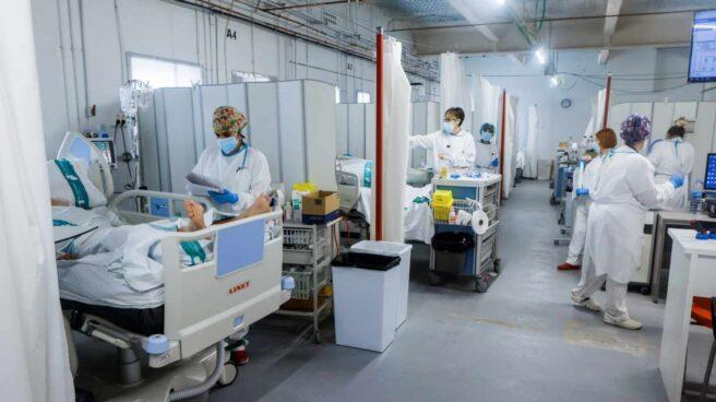 Personal sanitario del Hospital Parc Taulí de Sabadell (Barcelona) trabaja en la UCI para enfermos de Covid-19.