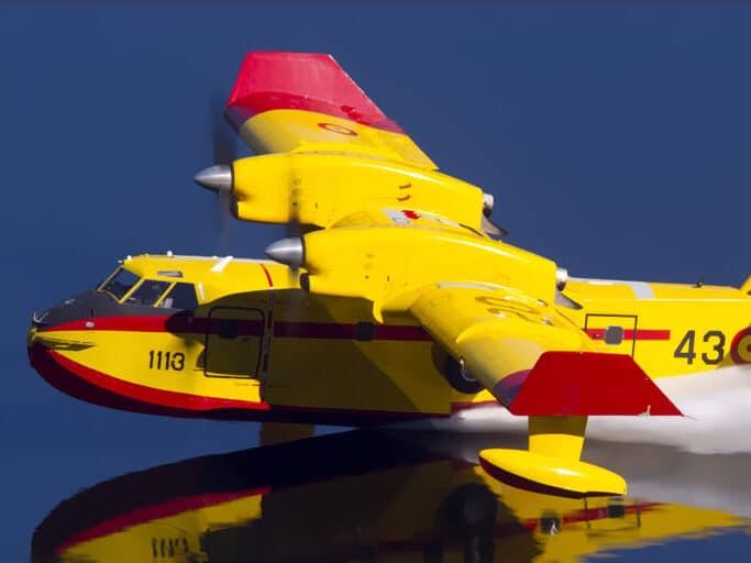 Un Canadair carga agua en un embalse.