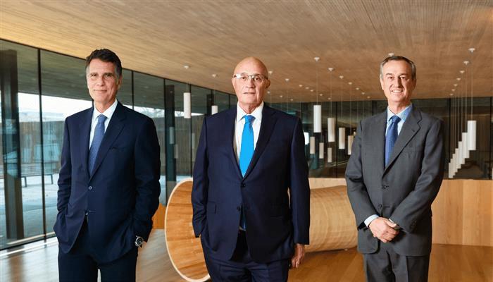 Jaime Guardiola, consejero delegado de Sabadell, junto a César González-Bueno, que le sustituirá en el cargo, y Josep Oliu, actual presidente de la entidad.