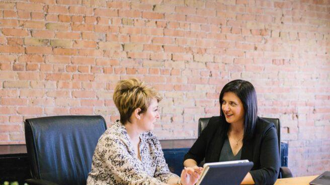 Dos mujeres en una reunión laboral
