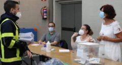 Un empleado de Correos se dirige a una mesa electoral durante unas elecciones en España.