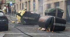 Contenedores quemados al término de la manifestación por Pablo Hasel en Bilbao.