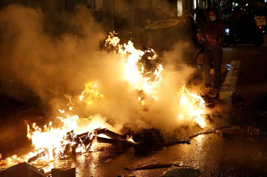 Contenedores ardiendo en el centro de Barcelona.