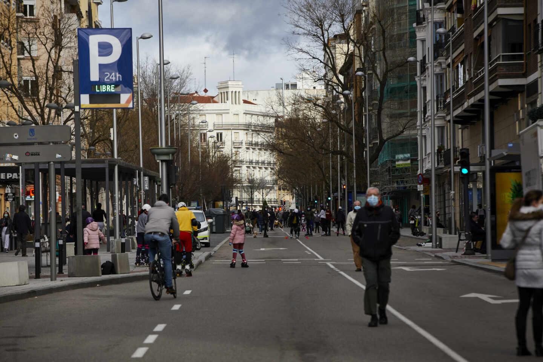 Varias personas pasean por la calle Fuencarral de Madrid.