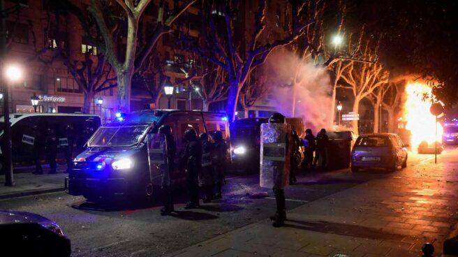 Agentes antidisturbios actúan tras una concentración en apoyo a Pablo Hasél, en Lérida.