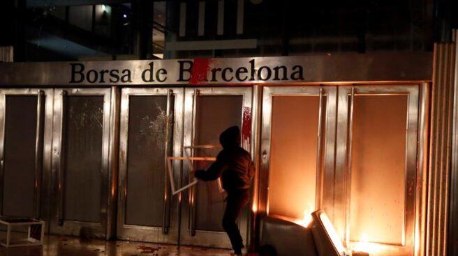 Un manifestante a las puertas de la Bolsa de Barcelona.