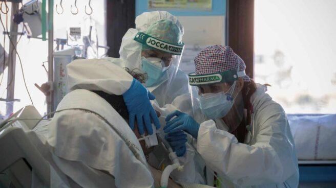Una doctora y una enfermera de la Unidad de Cuidados Intensivos del Hospital Morales Meseguer de Murcia cambian el respirador a un paciente ingresado por coronavirus.