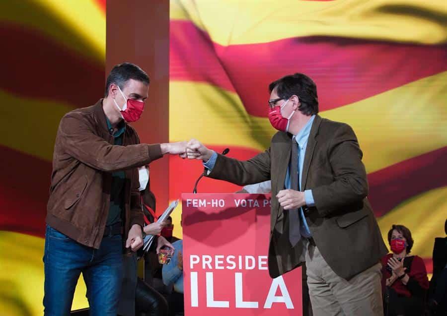 El presidente del Gobierno, Pedro Sánchez; y el líder del PSC y ganador de las elecciones en Cataluña, Salvador Illa.