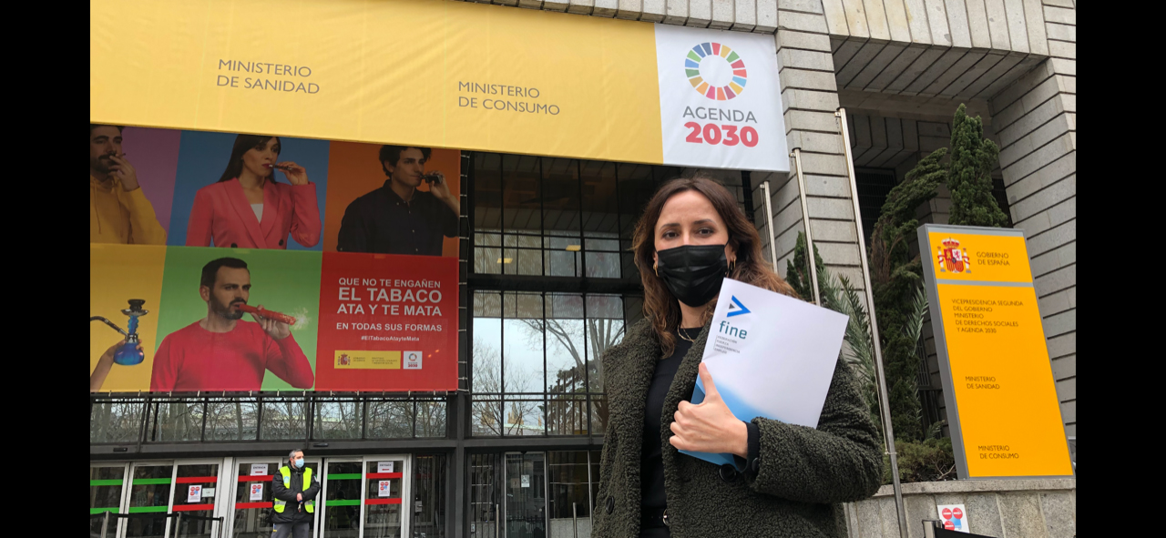 Elena Díaz, presidenta de FINE, frente al Ministerio de Sanidad.