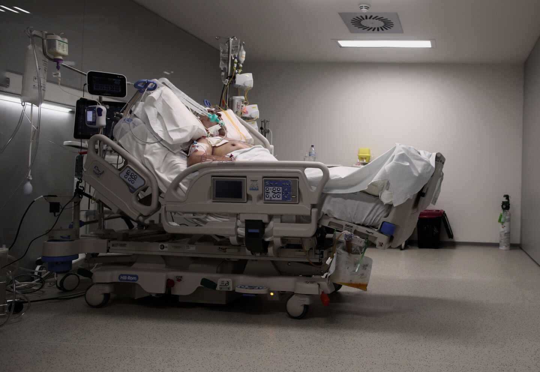 Un enfermo de coronavirus en una cama del Hospital Isabel Zendal