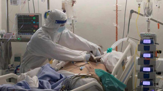 Un enfermero de la Unidad de Cuidados Intensivos del Hospital Morales Meseguer de Murcia atiende a un paciente ingresado por Covid.