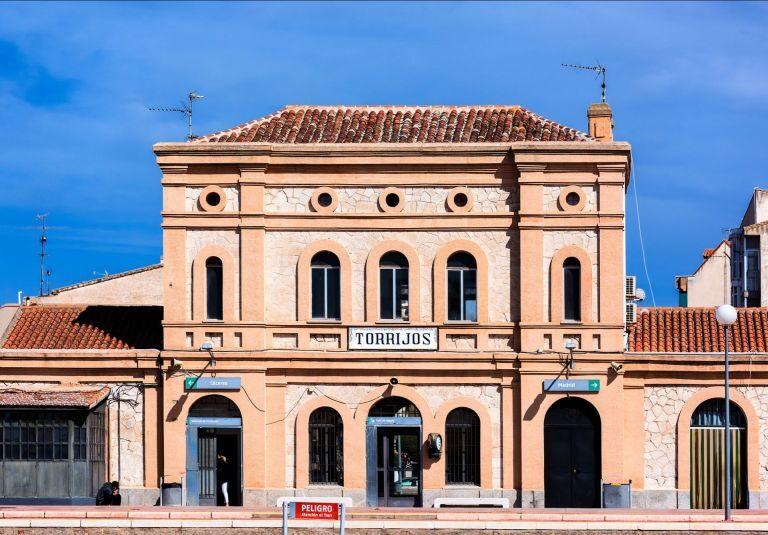 Trasladan al hospital de Toledo a un bebé hallado vivo en interior de una caja en Torrijos