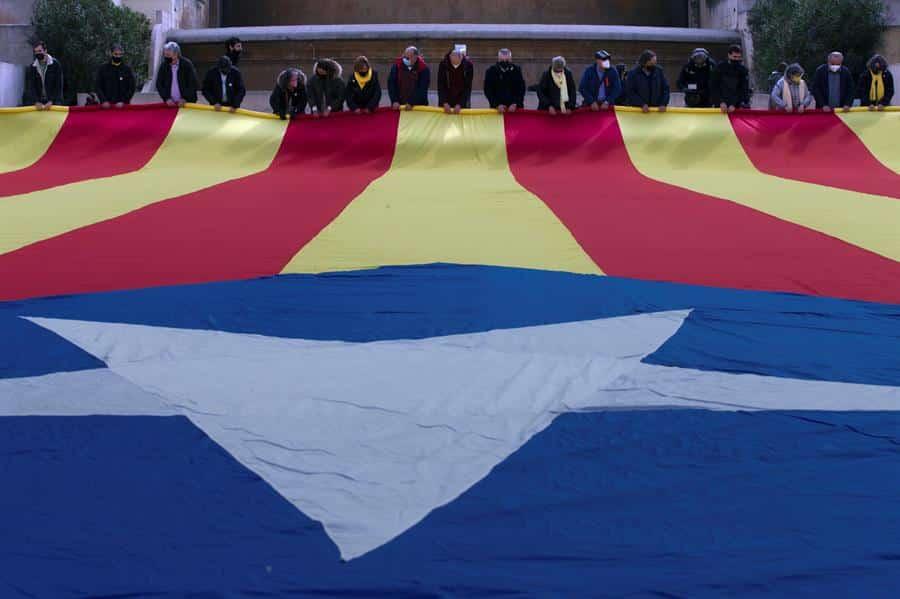 Miembros de la ANC despliegan una estelada en el centro de Barcelona.