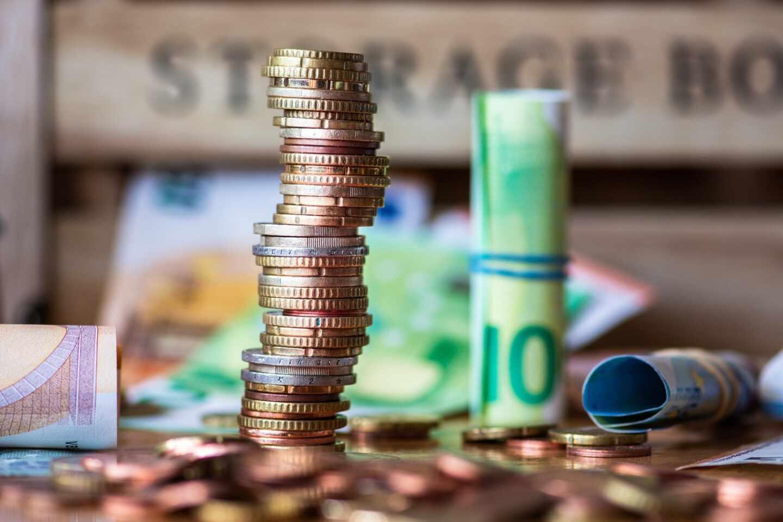 Imagen de billetes y monedas de euro.