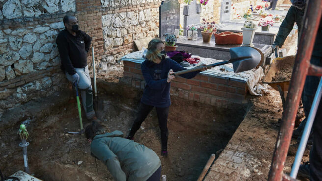 Investigadores cavan en una fosa común en la búsqueda de cadáveres sin identificar de la Guerra Civil.