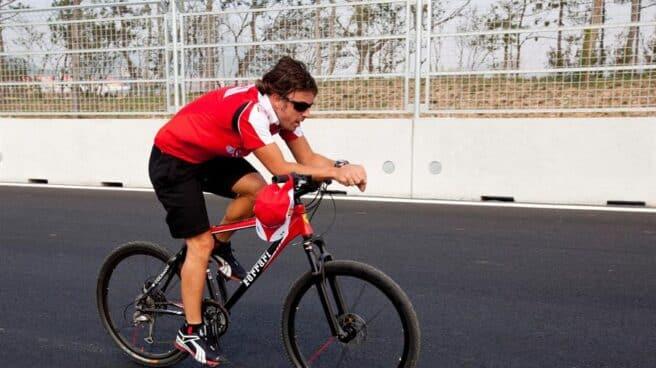 Fernando Alonso monta en bicicleta en un circuito de Fórmula 1 en Seúl.